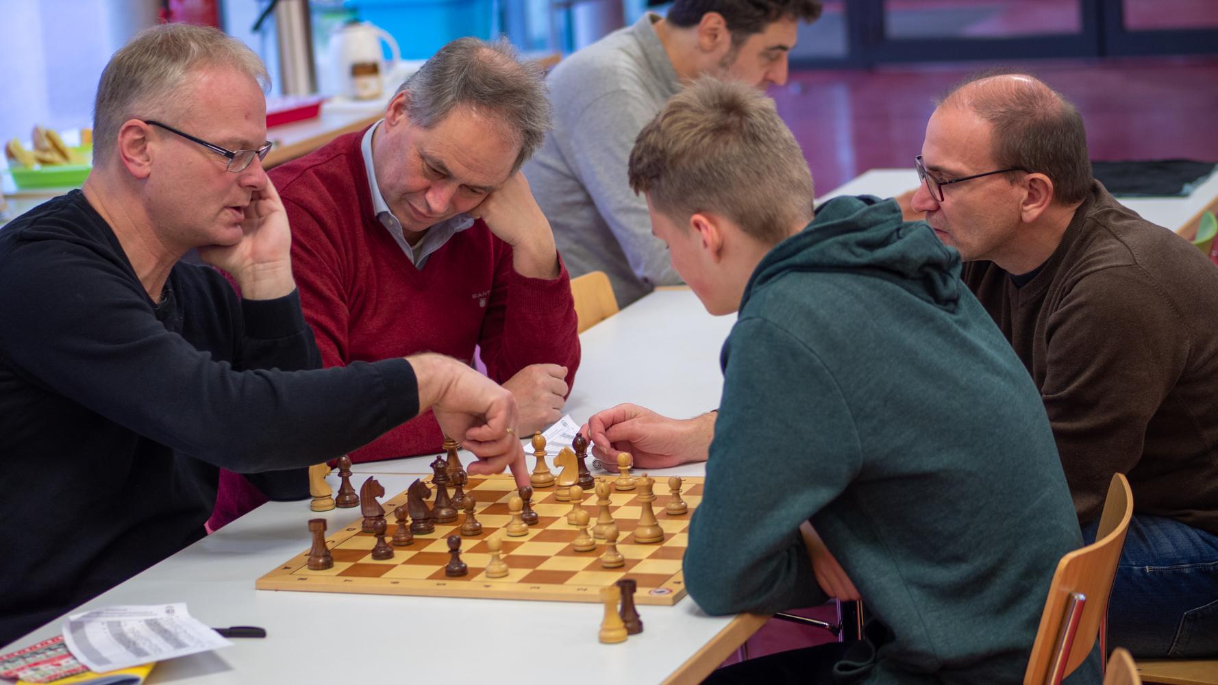 Thomas Harms, Dieter Meyer, Arne Toepsch und Rainer Land (v.l.n.r.) bei der Analyse von Arnes Gewinnpartie. Am Ende stand ein 8:0